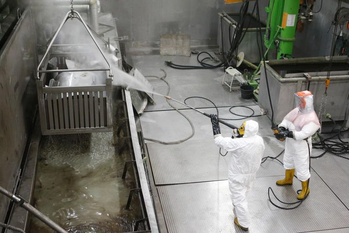 Rinse off the surfaces of the contaminated material detached in the chemical decontamination tank